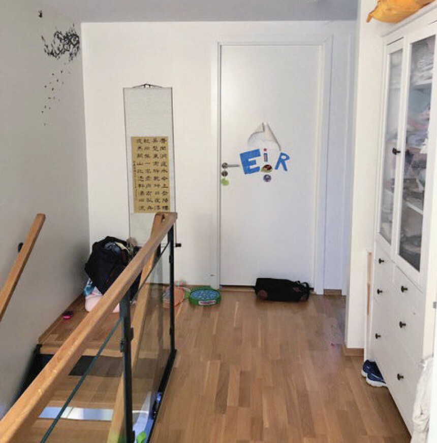 <b>FØR:</b> Trappen leder opp til andreetasjen. Denne besto tidligere av en korridor med dører inn til barnerom og foreldresoverom.