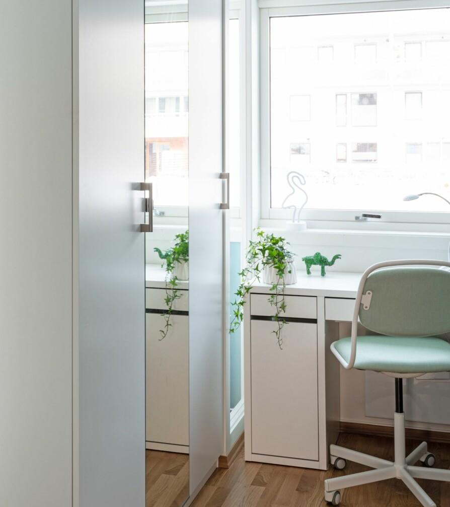 TO NYE BARNEROM: Foreldrenes gamle soverom ble til to nye barnerom. Barna har mindre plass på rommene sine nå, men har til gjengjeld fått egen tv-stue. Romdeleren til venstre består av grunne Pax-garderobeskap, 44 cm, fra Ikea.