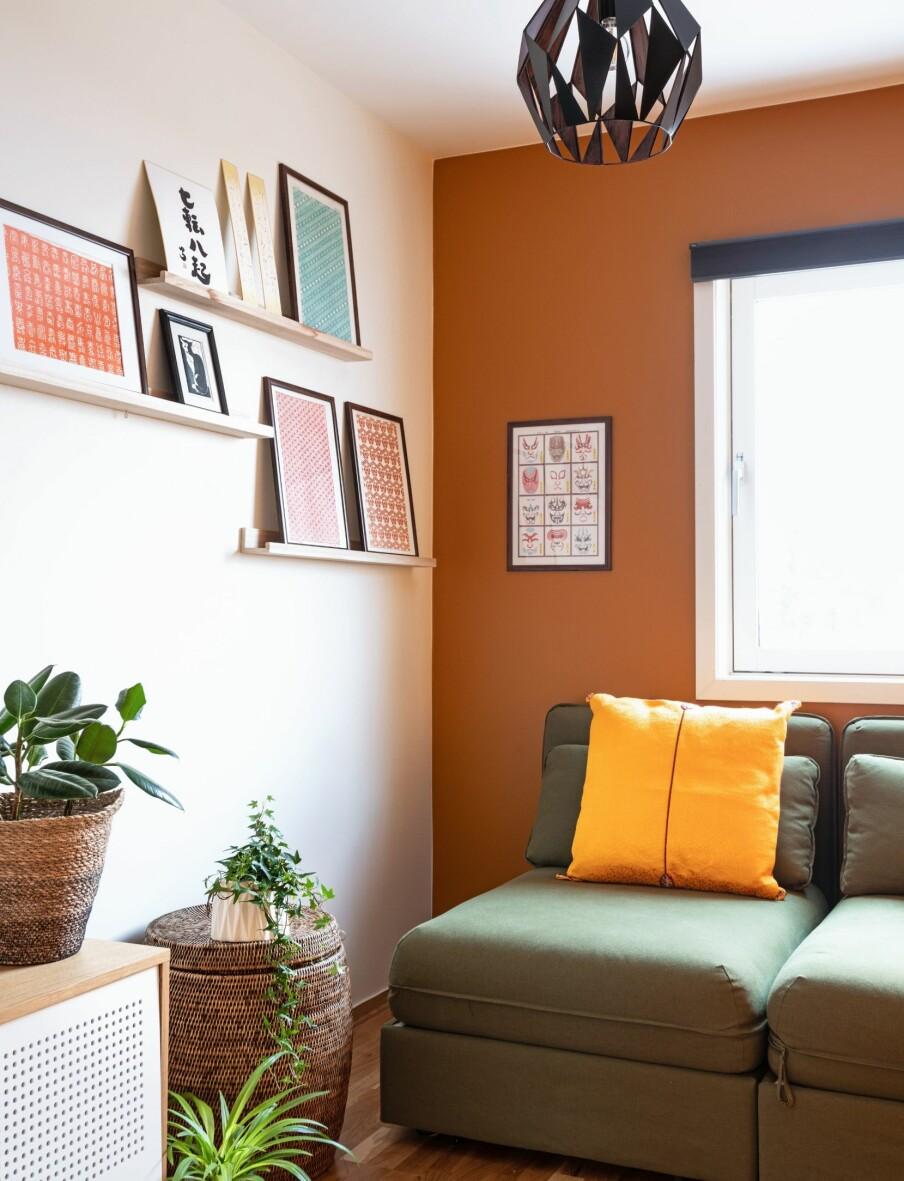 GJESTEROM OG TV-STUE: Det ene barnerommet ble innredet som tv-stue og gjesterom. Vindusveggen og den høyre langveggen er malt i en energisk oransjefarge. Sofaen Vallentuna fra Ikea består av to moduler som <br>kan gjøres om til seng.