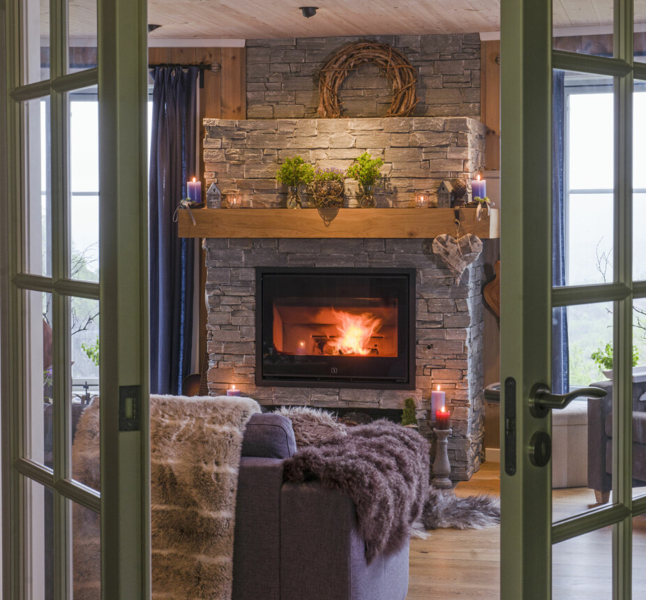 PRAKTISK: Paret har satt inn en dobbeltdør fra gangen og inn til stua og kjøkkenet. Uten tepper er gulvene er lette å holde rene. I tillegg har de vannbåren varme, så de ikke fryser på føttene.