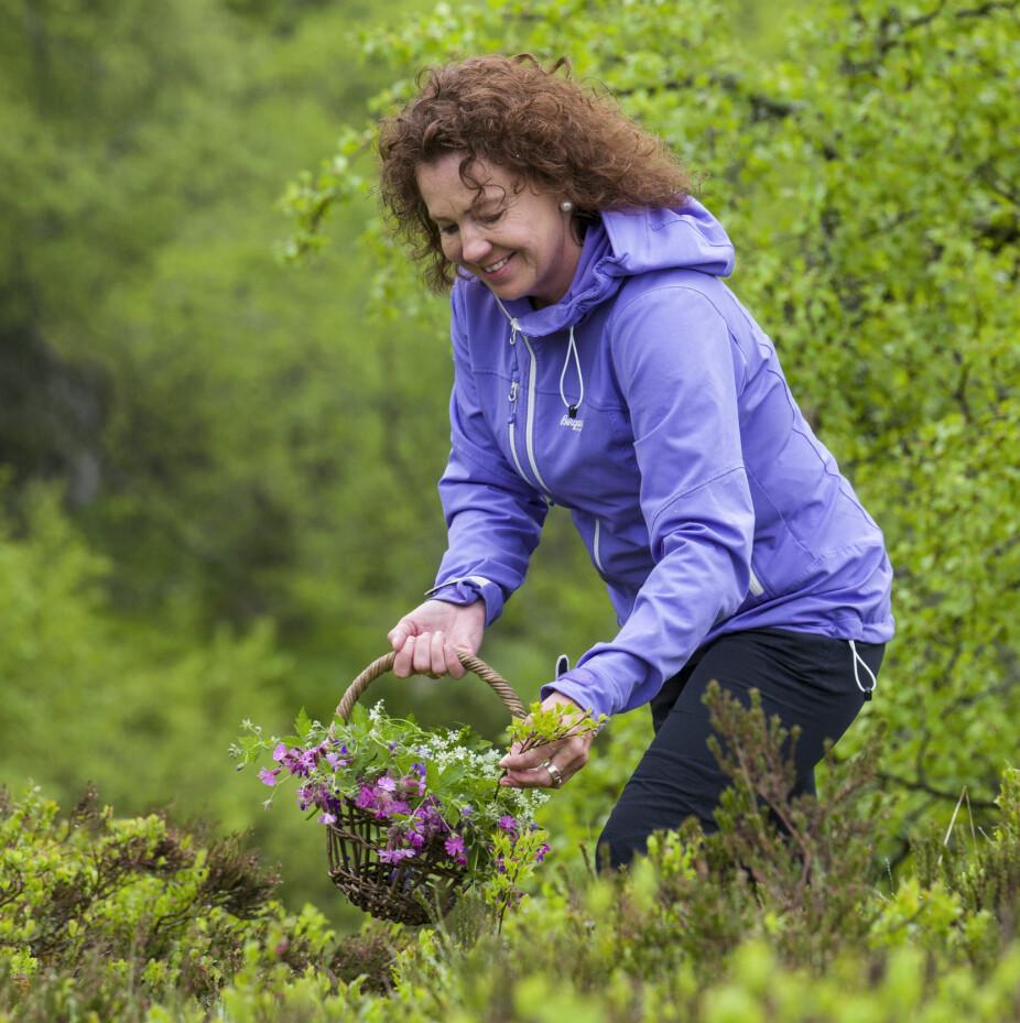 NATURGLEDE: Linda er ofte ute og plukker naturen med seg inn. Med mose, lyng og markblomster skaper hun fin stemning, gjerne i kombinasjon med lys og tekstiler.