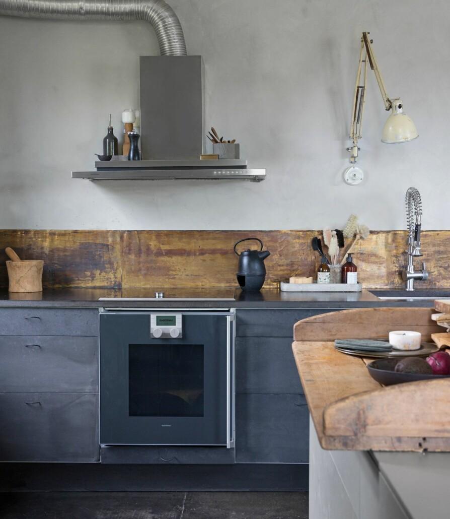 KJØKKENØY: Kjøkkenøya i aluminium er forholdsvis smal, så det antikke bakebordet som er plassert oppå, gir større arbeidsplass, i tillegg til at det skjuler hverdagsrot.
