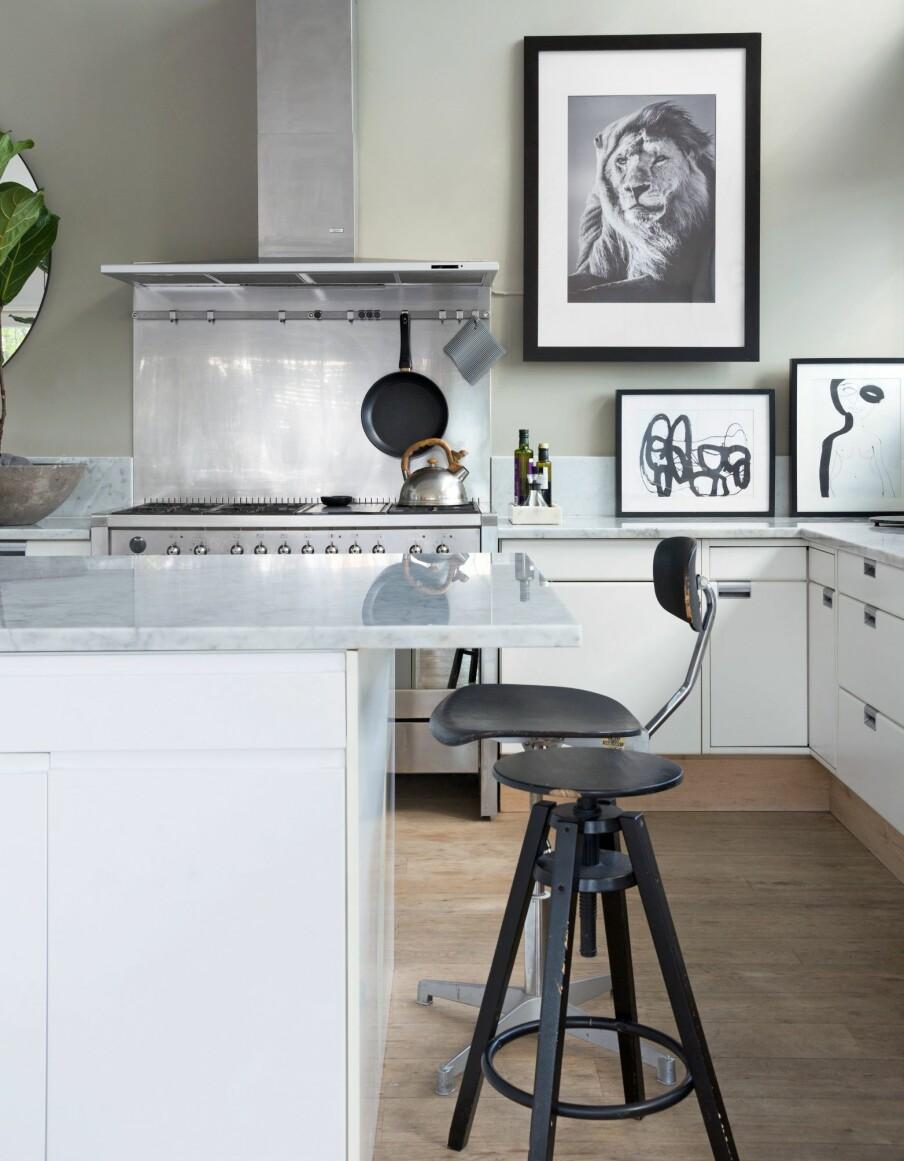 SOSIALT KJØKKEN: Kjøkkenøya er fra Ikea, men er spritet opp med en marmorplate som også fungerer som bordplate i enden. Barstolen med rygg er en gammel kontorstol fra 50-tallet, mens krakken er fra Ikea. Her er det fint både å spise og holde kokken med selskap.
