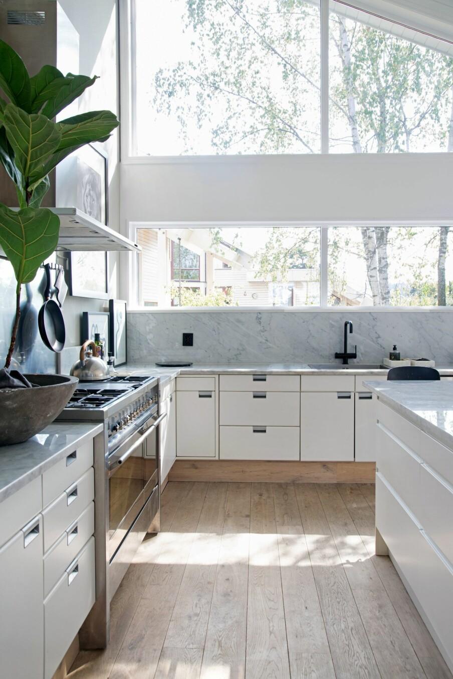 SMÅ GREP: Den hvite kjøkkeninnredningen er fra Poggenpohl, og var allerede installert da Drillestad flyttet inn. Senere har hun gjort små grep her og der. Gulvet er i lys eik.