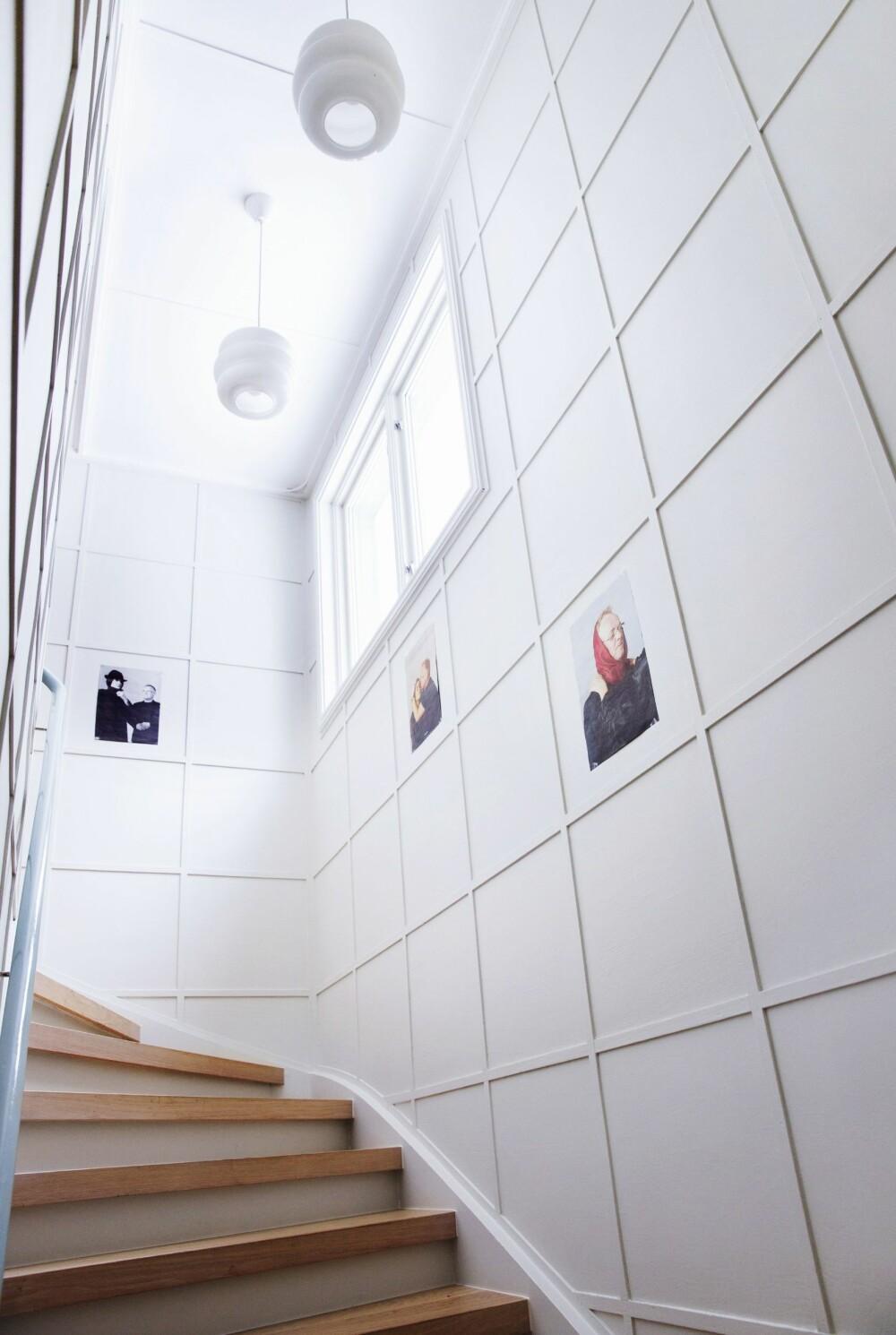 NY TRAPP: De nydelige lampene er fra Tsjekkia, og hang igjen etter de forrige eierne. Ellers har Rune og Henriette laget ny trapp, malt veggene hvite og gelenderet lyseblått.