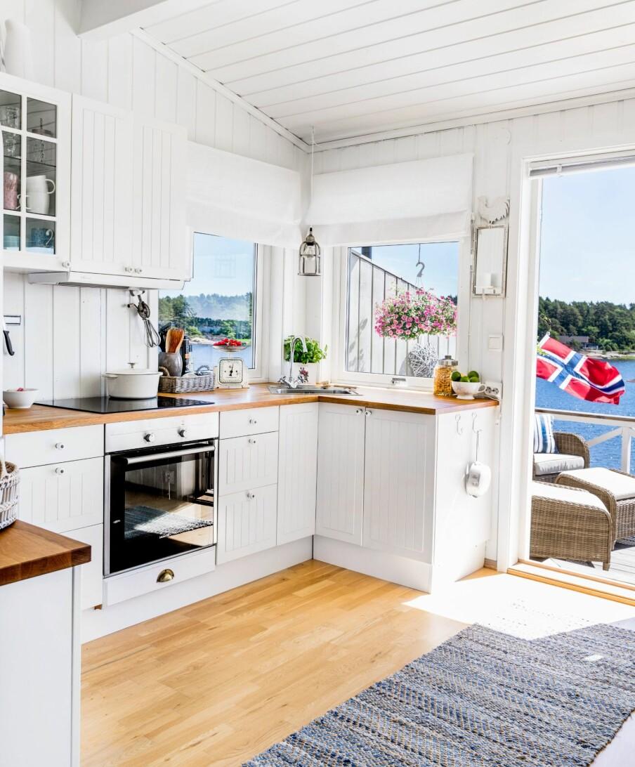 <b>LYST OG PRAKTISK:</b> Kjøkkenet har rene, hvitmalte flater og ny innredning fra Ikea.