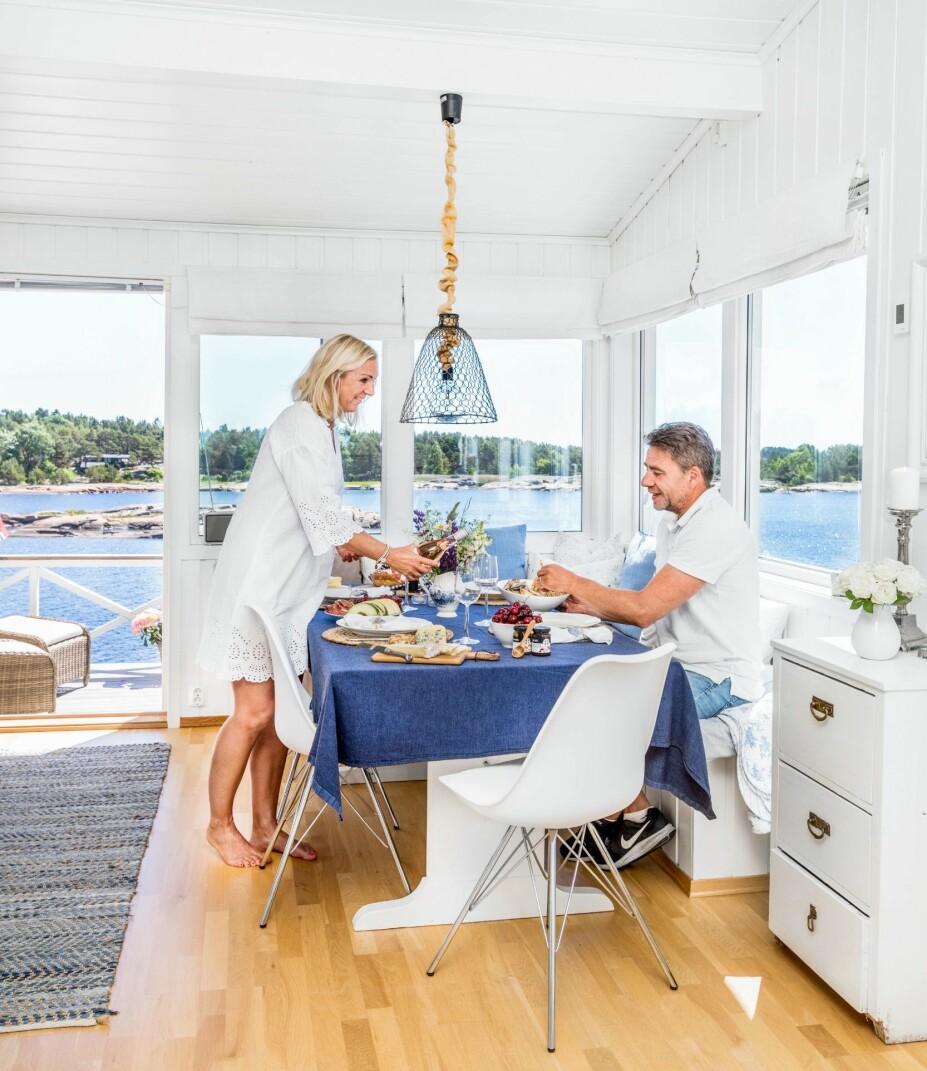 <b>SOMMERLIV PÅ HOLMEN:</b> Hilde Merete og Finn-Erik er på hytta så ofte de kan. Om sommeren blir de her gjerne mange uker i strekk.