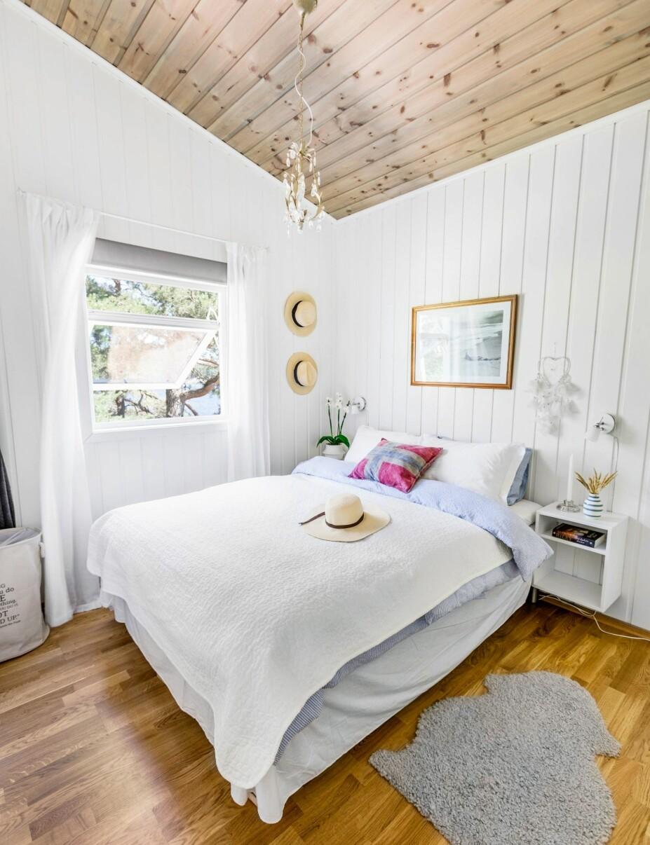 <b>BEISET TAK:</b> Veggene på soverommet er hvitmalte, men for å unngå det Hilde Merete kaller isboks-følelse, er taket beiset i fargen Drivved.