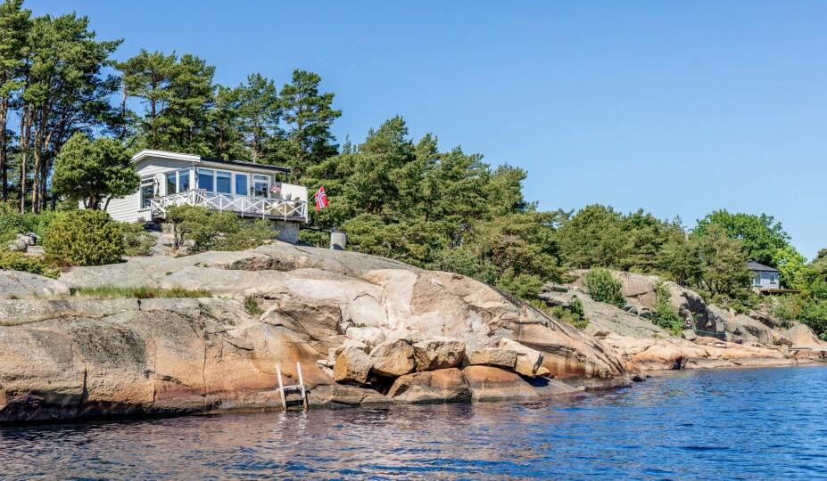 <b>FOR BADEENGLER:</b> En liten badestige ligger praktisk til for den som har lyst å bade fra svaberget foran hytta.