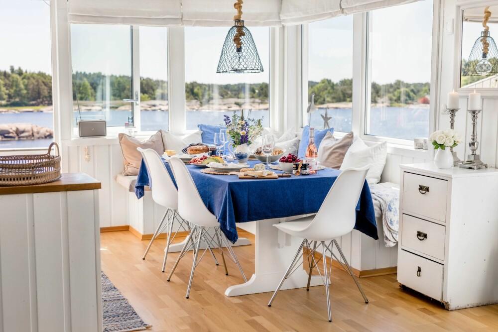<b>SJØUTSIKT:</b> Utsikten fra det åpne kjøkkenet er nydelig. Stolene er fra Bohus, mens lampen er kjøpt på Dorothea.