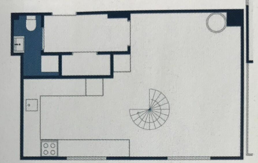 FØR: Slik var planløsningen før ombyggingen. Det nye barnerommet ble plassert til venstre for trappen, der hvor kjøkkenbenken med steketopp er plassert.