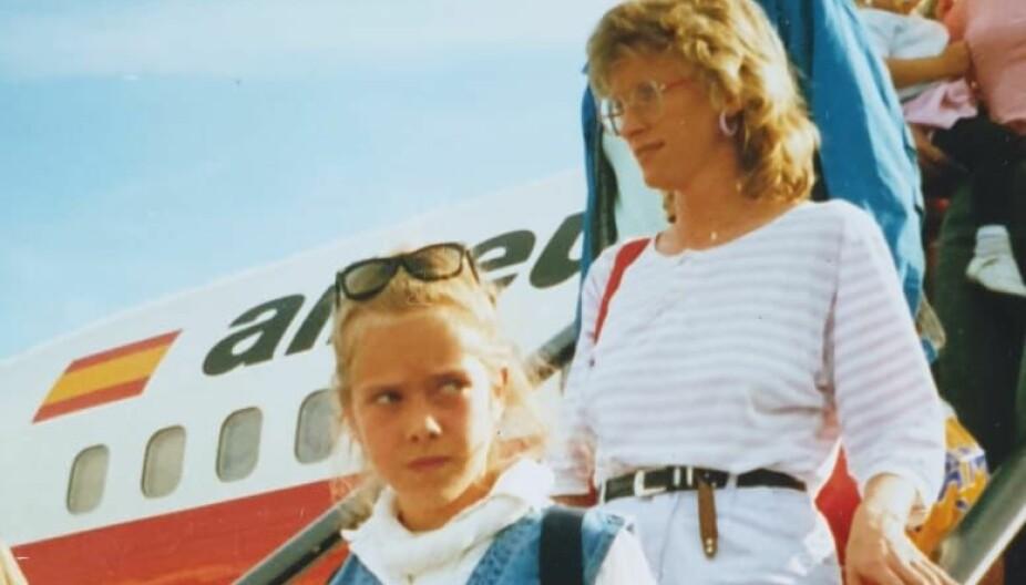 Hvis blikk kunne drepe på flyplassen i Palma de Mallorca i 1992. Her er jeg, tenåringsdatteren Nina, på ferie med mamma.