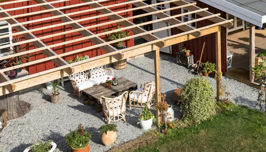 ÅPEN UTEPLASS: Ved siden av hagestuen har Christine Strømsæther lagd en uteplass som er mer åpen. På den måten kan hun lettere flytte seg fra sol til skygge og omvendt.