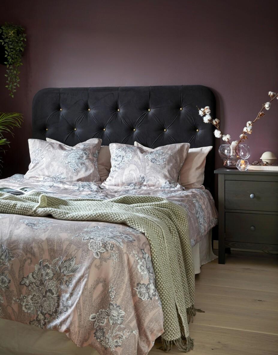 HOTELLAKTIG: Sengegavlen er fra trademax.no, og den tilfører rommet en litt luksuriøs og hotellaktig følelse. Sengetøy og sengeteppe er fra Høie, og nattbordet er fra Ikea. Veggene er malt i fargen Brinjal fra Farrow & Ball, en dyp auberginefarge som tilfører rommet en lun og huleaktig atmosfære.