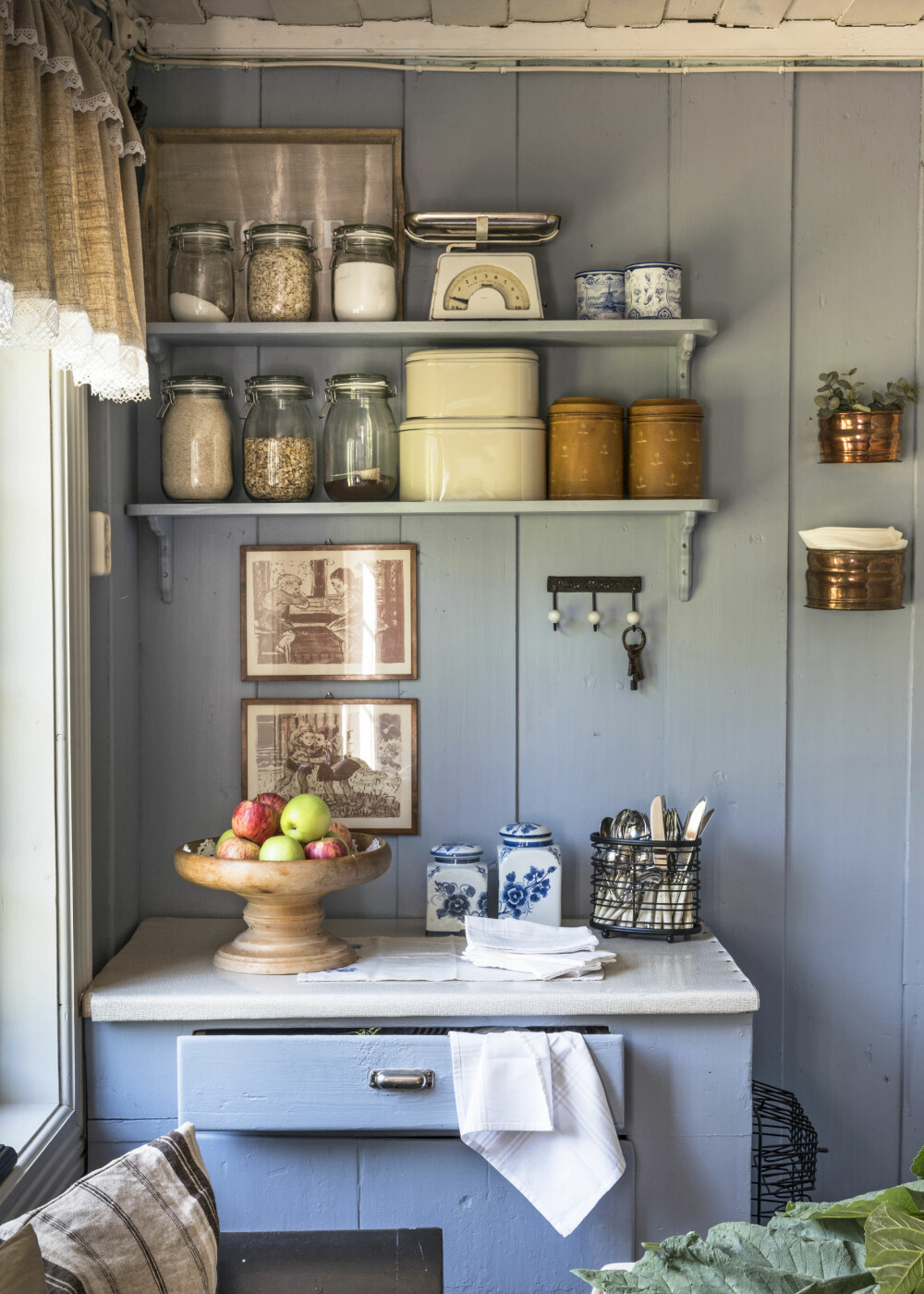 SOMMERHUSFØLELSE: Monica har blitt så glad i dette kjøkkenet som de har malt i gustaviansk blå. Her får hun den helt riktige sommerhusfølelsen.