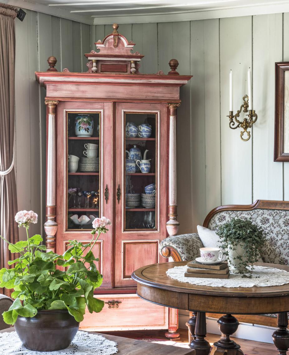 ROSA MØBEL: Monica har jobbet med møbler og design i mange år, og hadde aldri trodd at hun skulle eie et rosa møbel. Men da hun så dette skapet på nettet, var hun solgt.