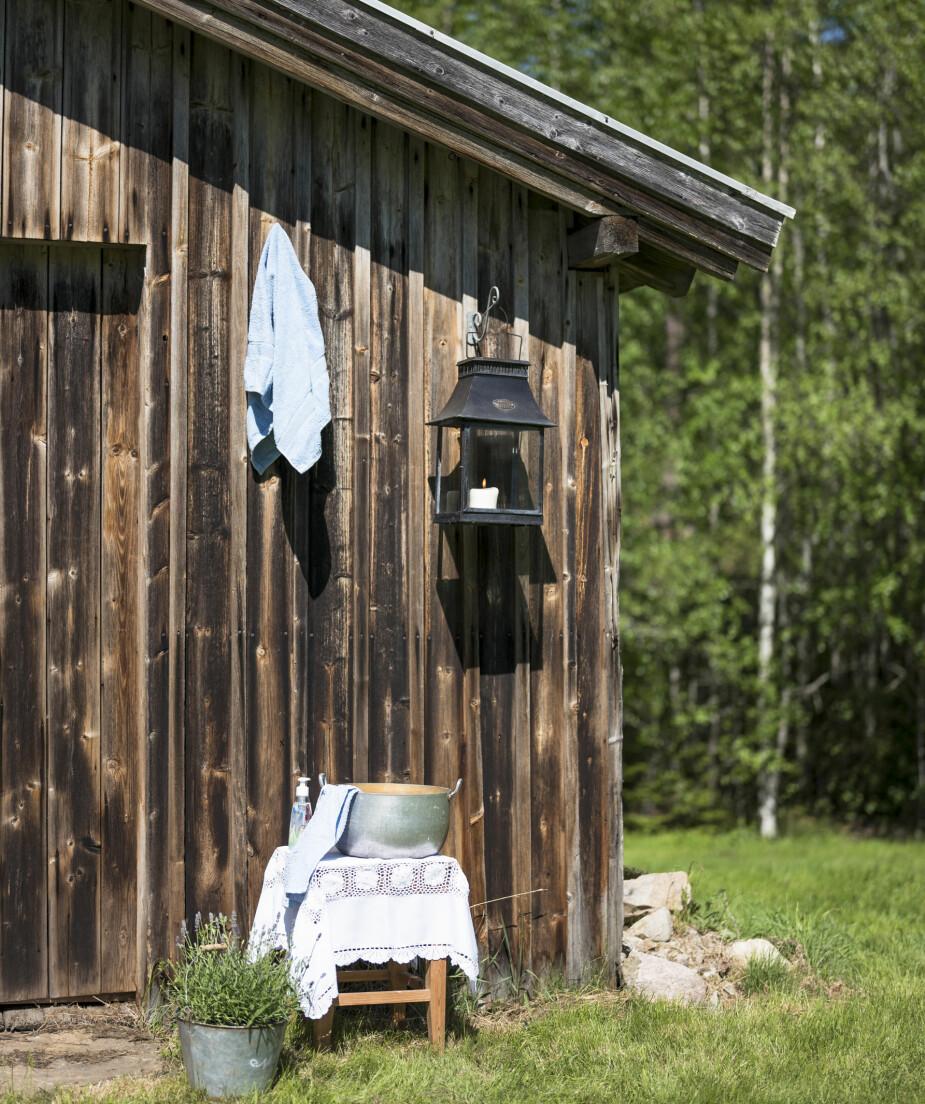 VASKEKROK: En vaskekrok ute er kjekt å ha når man kun har utedo. Monica har også fått hengt opp en enkel utedusj.