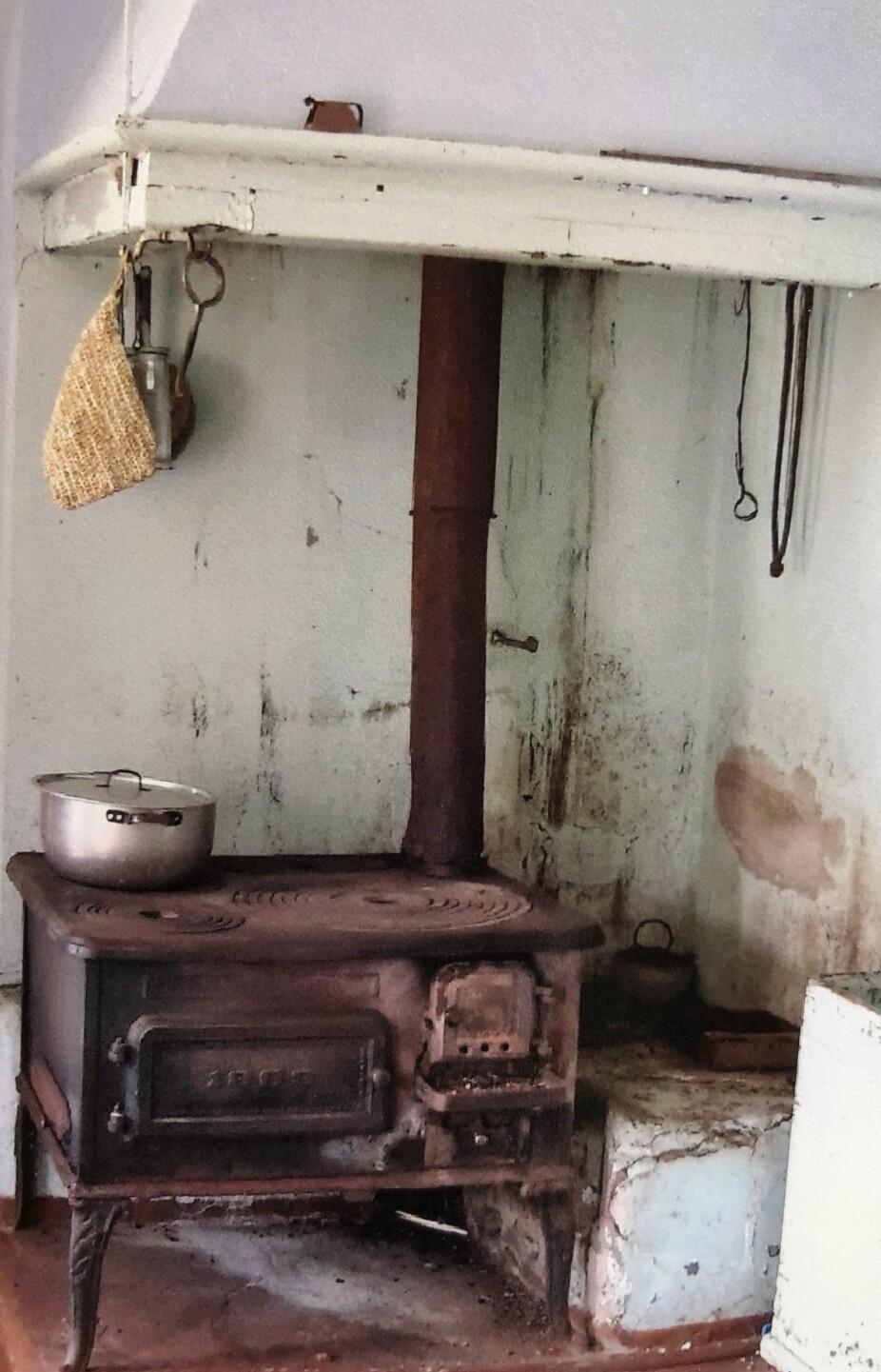 GODT BRUKT:Slik så ovnen og gruen på kjøkkenet ut før den ble renovert.