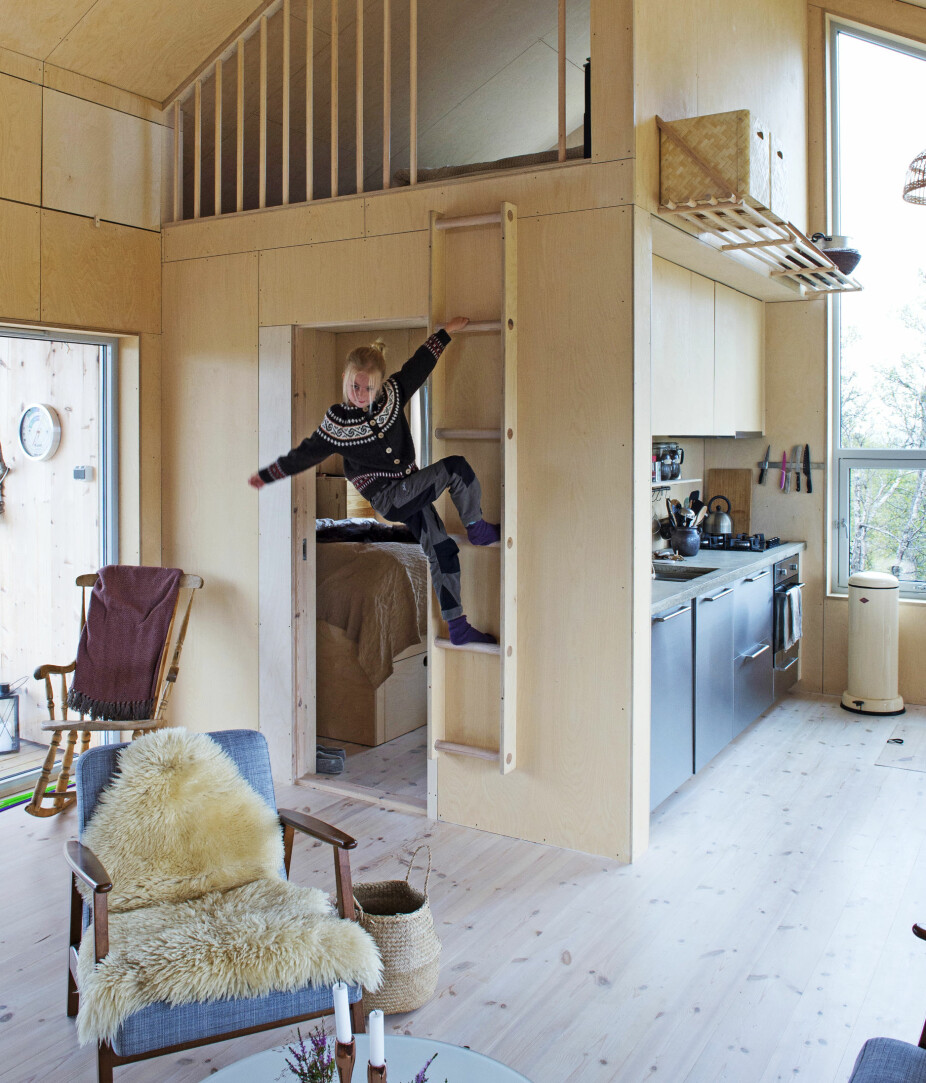KLATRESTAIV: Stigen opp til hemsen fungerer like godt som klatrestativ som til adkomst. Rundstokkene som er brukt på stiger og som rekkverk, fås kjøpt som ferdig metervare i byggevarehandelen.