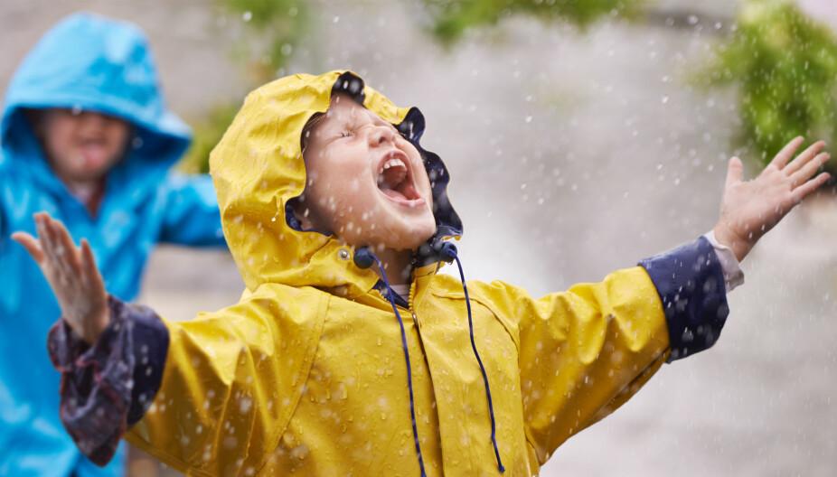 VÅTE DAGER: Sølepytter og vannlek - barna elsker det! Det krever derimot sitt av tøyet, som skal holde dem tørre og varme gjennom timesvis med lek.