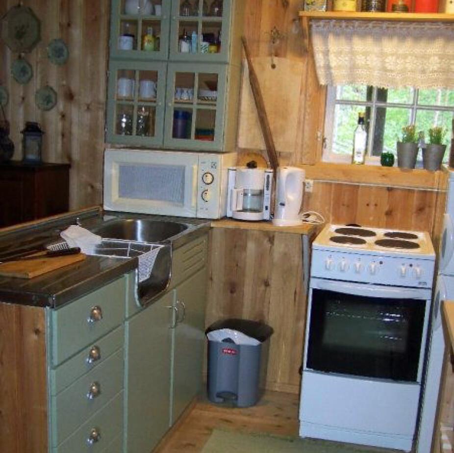 FØR: Og slik så det ut på kjøkkenet før oppussingen; mørkt og tungt.