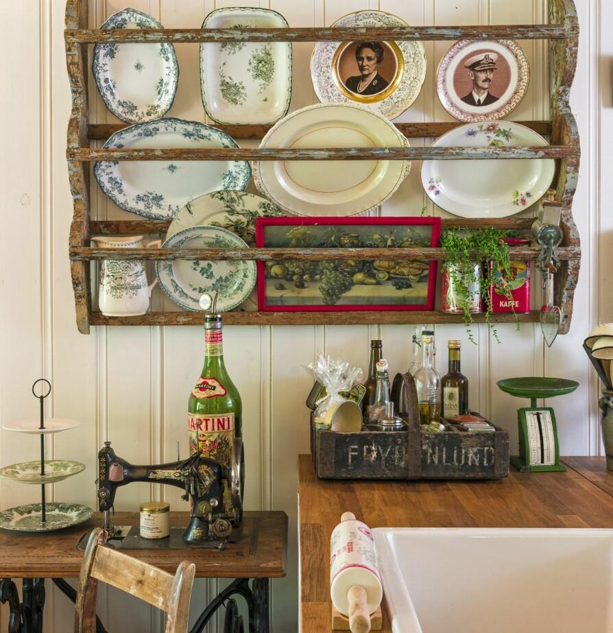 <b>TIL PYNT OG BRUK:</b> Anne liker å gå på loppemarked og auksjon når hun er på hytta, og det blir også ofte noe med hjem som hun kan pynte opp med. Hun bruker servisene, de står ikke bare til pynt i tallerkenhyllen.