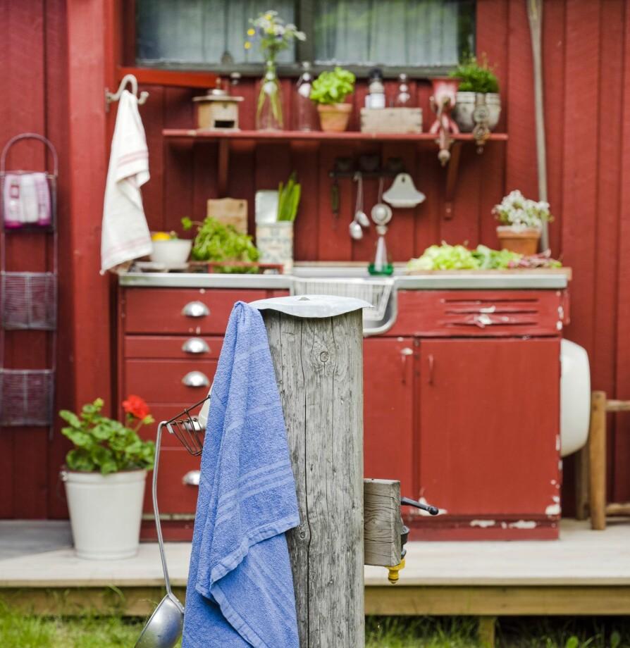 <b>UTEKJØKKEN:</b> Og her havnet det gamle kjøkkenet, rødmalt og anvendelig som utekjøkken.