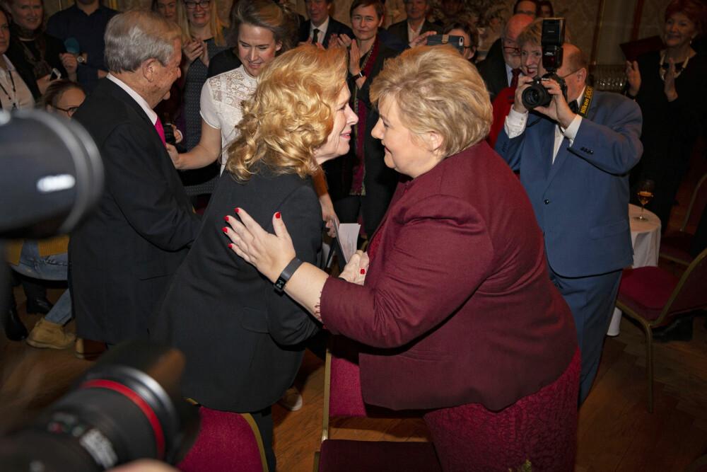 <b>HEDRET:</b> 16. desember i fjor fylte Liv 80 år. Her blir hun gratulert av statsminister Erna Solberg under bursdagsfeiringen på Nationaltheatret.