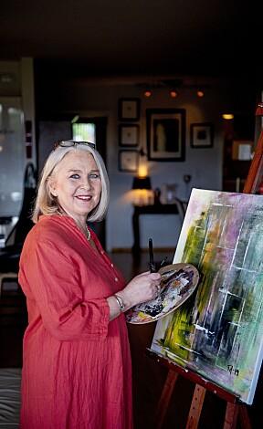 FARGERIK: Tove er kreativ og glad i farger. Det var trist å male da alt var grått.