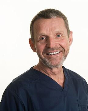 Øyelege Kjell Gunnar Gundersen forklarer at grå stær ofte behandles med operasjon