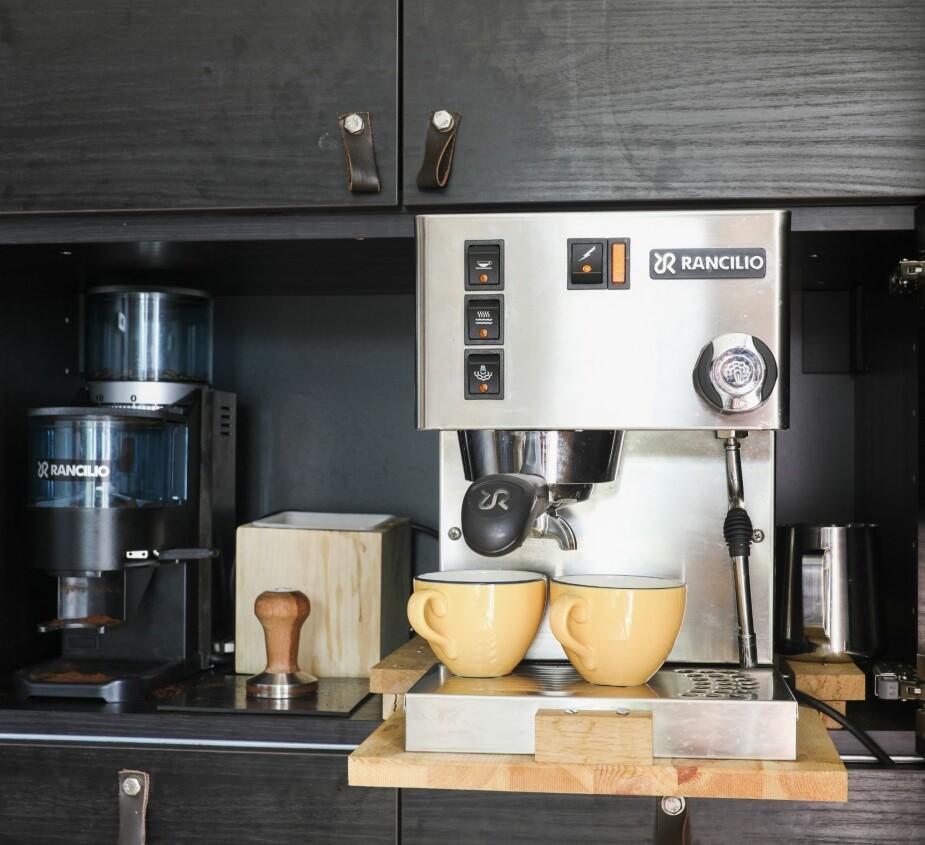 HYTTEKAFÉ: På hytta er alt tilrettelagt for å servere kun den aller beste kaffen. Kaffemaskinen av merket Rancilio Silvia er bygget inn av Per Ove, som har laget en løsning for å kunne trekke den ut.