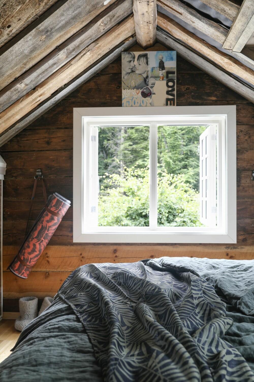 GRØNT ER SKJØNT: Det grønne i skogen utenfor og i tekstilene kommer ekstra godt frem mot det røffe, gylne panelet. Her er de originale tømmerveggene og taket hentet frem.