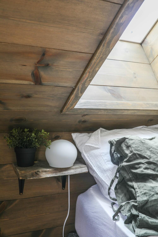 GJENBRUK: Nattbordet er laget av gammelt tømmer fra hytteveggene, som ble saget bort da det ble åpnet opp mellom kjøkken og stue.