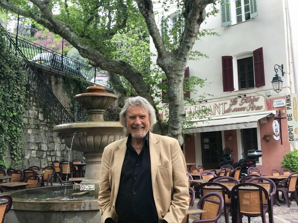 <b>BENNYS LANDSBY:</b> Springvann og bord i skyggen under trekronene <br/>på torget i Seillans – mer fransk kan det knapt bli.
