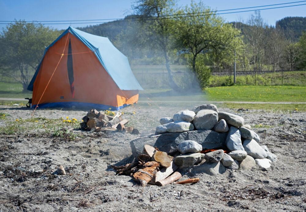 Gjør klar teltet. Bruker du telt som kan flyttes, kan det stå klart. Alternativt kan du sette opp teltstenger rundt steinovnen mens bålet brenner i den. Vent med å legge på teltduk til bålet er slukket.