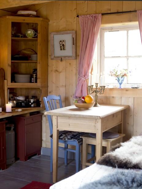 ENKELT: På 16 kvadrat har de det som trengs for at det skal bli en hyggelig hyttetur.