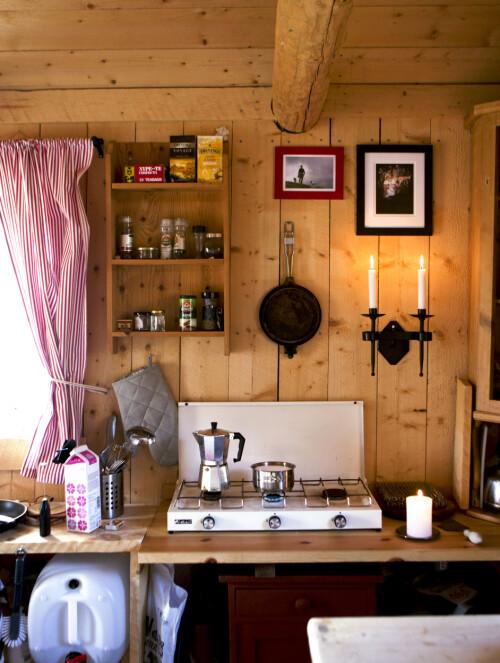 Kjøkkenet er lite, men funksjonelt.