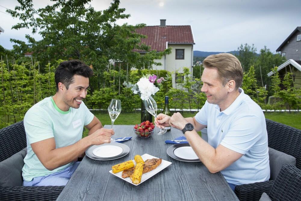 <b>SKÅL:</b> Tommy og Jens synes det er lite som kan måle seg med en bedre middag sammen, gjerne med en flaske vin eller to.