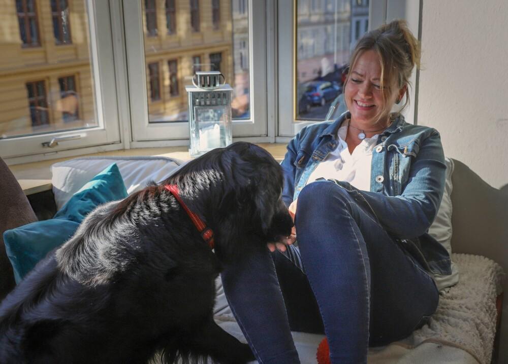 TAKKNEMLIG: - At hunden min, Sari, logrer og vil ha meg med ut på tur, er en av mange ting i hverdagen jeg er takknemlig over, forteller Kathrine Aspaas..