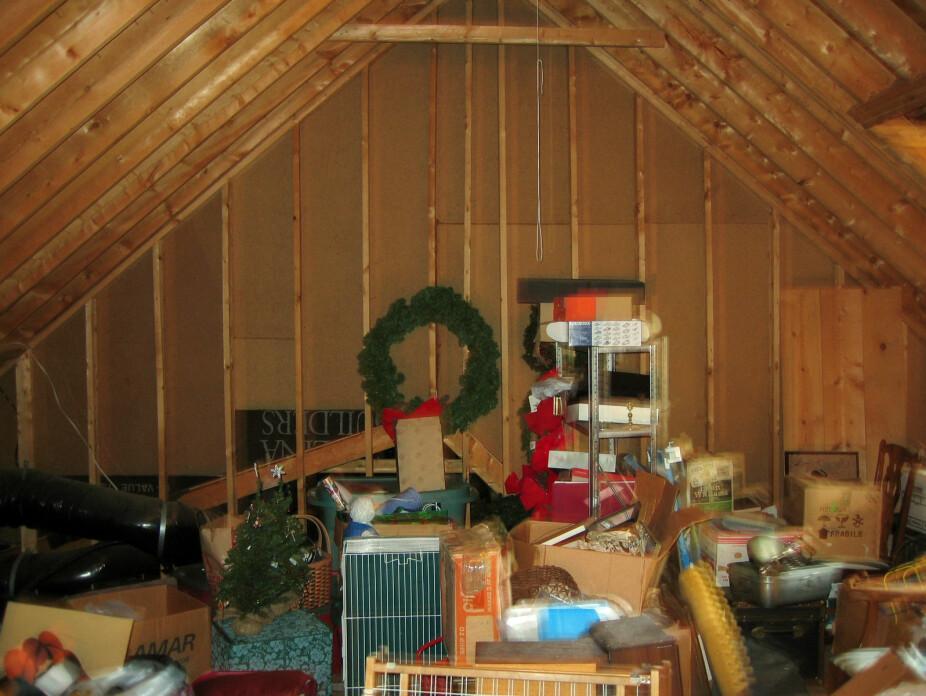 <b>LOFTSLAGRING:</b> Noen stabler bare alt vilkårlig på loftet, som her, mens andre forsøker å ha en viss orden, og pakker det gjerne også inn i oppbevaringsesker. Det siste er absolutt best, blant annet med hensyn på risiko for muggdannelse.