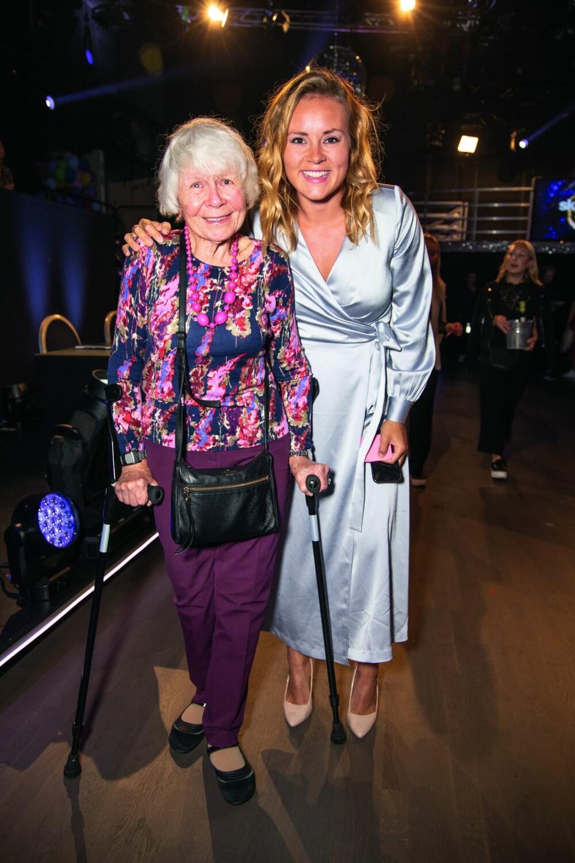 <b>STOLT:</b> På premiere av Skal vi danse kom Helene sammen med farmoren Ellen Olafsen. Hun har fulgt Helenes karriere tett hele veien.