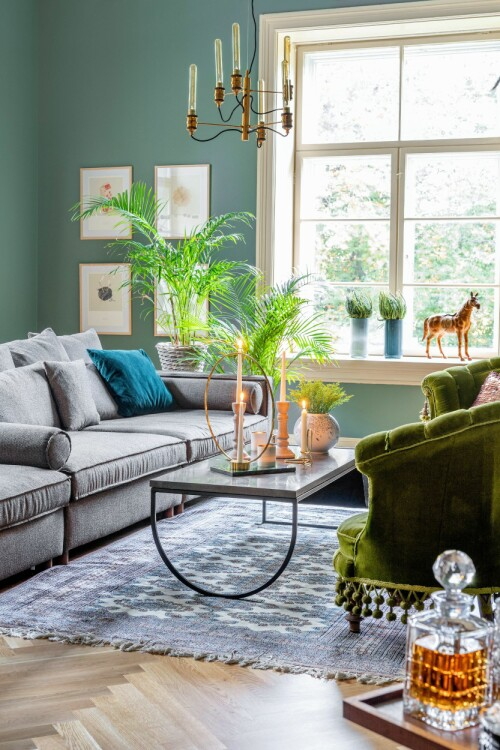 ALLROM: Sofaen og bordet er fra Bolia, mens gulvteppet er et bruktfunn. De grønne stolene er utlånt fra Telemark Museum.
