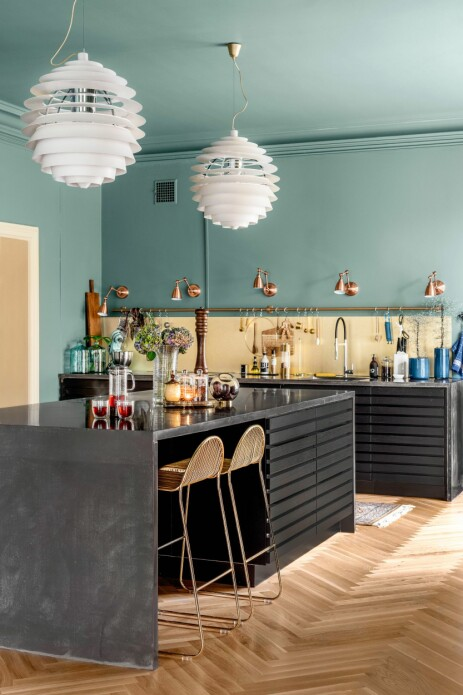 HELSTØPT: Den store kjøkkenøya måler 3 x 1,30 m og ble støpt i betong i ett stykke rett på parketten. Kjøkkeninnredningen i heltre er Mano Cima fra Kvik. Barkrakkene er fra Bloomingville, taklampene er PH Louvre fra Louis Poulsen.