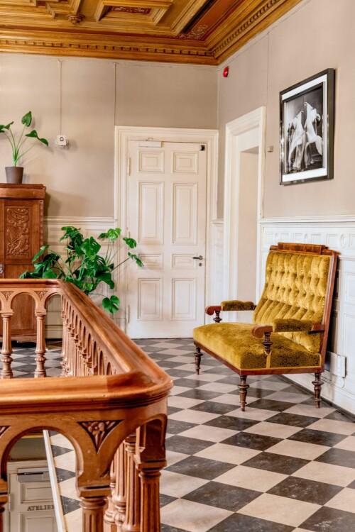 Sofaen i gangen utenfor kjøkkenet er kjøpt brukt i Sverige.