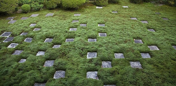 MØNSTER: Et teppe av mose kan bli helt unikt dersom man lager et ulike mønster med steinheller. Her fra en japansk hage.