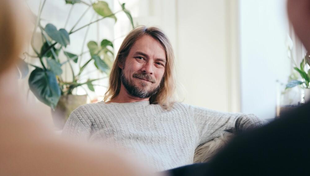 PSYKOLOGEN: Peder Kjøs har hjulpet paret gjennom flere episoder i podkasten Hos Peder. Han er også kjent for tv-serien Jeg mot meg.