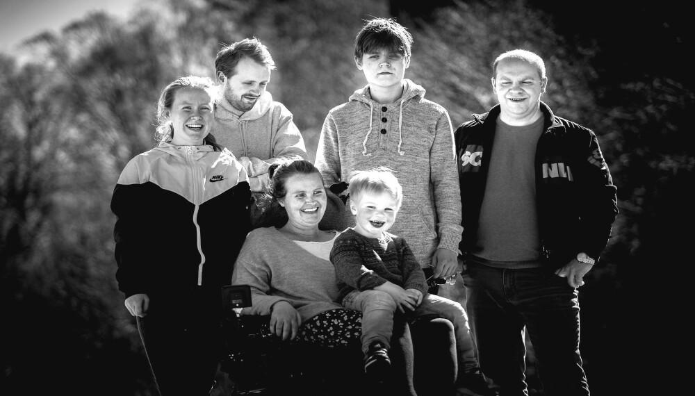 LIVET ER IKKE OVER FØR DET ER OVER: Vivian og mannen Geir Håvard sammen med sine fire barn. Chris Daniel (22), Marcus (19), Silje Marie (16) og Isak (4). Hun takker familien for styrken de gir henne.