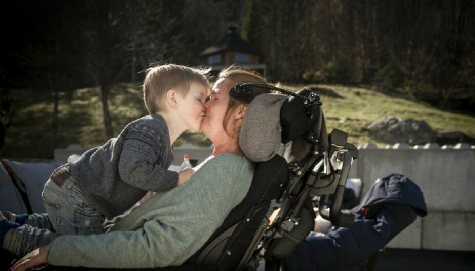 UHELBREDELIG SYK MAMMA: ALS-rammede Vivian Brosvik sammen med sønnen Isak. Det var etter at Isak ble født, at Vivian merket at noe var alvorlig galt, og hun ble etter hvert diagnostisert med ALS.