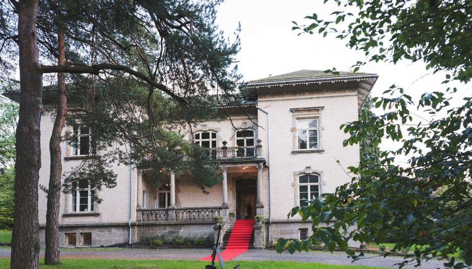 DIGERT: Villa Frednes er et dominant skue i Porsgrunn.