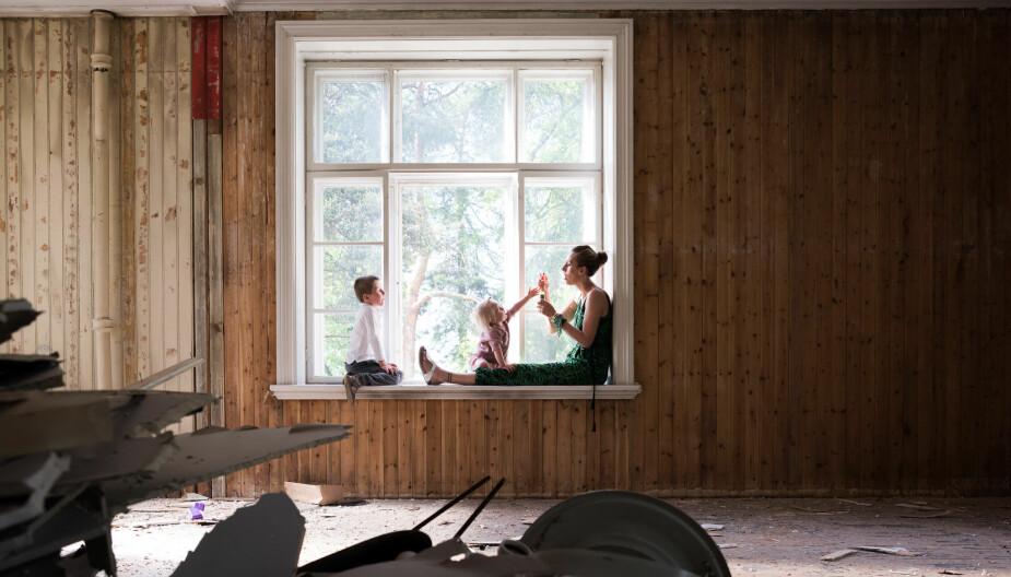 TOTALRENOVERING: Mona, Max og Micki avbildet under totalrenoveringen av huset.